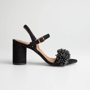 Smukkeste stiletter med blokhæl og sten i sort. Kun brugt 1 gang  Np 1300 kr  Medfølger i original æske