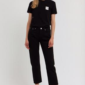 Mængderabat gives!!!!!  Wood Wood jeans i str 27. Modellen hedder Eve. Farven er er smule slidt hist og her, så prisen er sat derefter. Np 1200