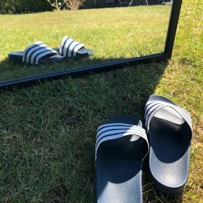 Adidas sandaler med blå/hvid striber. Byd :)