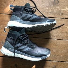 """Super gode vandrestøvler fra Adidas. Kun brugt få gange og sælges udelukkende, da de er lidt for små til mig. Er med Gore-tex, hvilket gør dem vandtætte, men samtidig tillader foden at ånde. Er udstyret med """"pude"""" i hælen, så man undgår vabler m.m."""