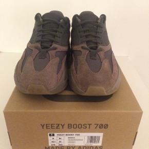 """Yeezy Boost 700 """"Mauve"""". Størrelse: 42.7. Skoene er brugt 2 gange. Man kan på ingen måde se, at de er gået med. Købt på yeezysupply.com."""