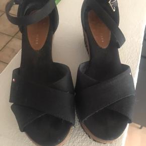 Skønne sorte sandaler fra Hilfiger. Fin stand. Sælges for 175pp