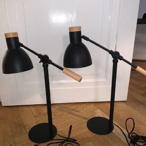SMUKKE BLOOMINGVILLE BORDLAMPER SORT MED SORT LEDNING OG SORT LAMPESKÆRM SAMT FLOTTE OG VELHOLDTE TRÆDETALJER  SUPER FLOT STAND  KUN STÅET FREMME ET PAR MÅNEDER  PRISEN ER FOR BEGGE LAMPER OBS LAMPERNE SKAL AFHENTES I 2900 HELLERUP
