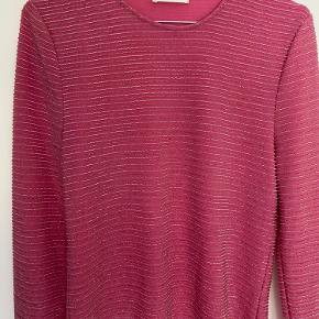 Hej sælger denne lyserøde glimmer bluse fra Stine Goya, mega fed, men får den desværre ikke brugt