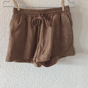 Shorts i ruskindslignende materiale.   Kan afhentes i Roskilde, tages med til Odense eller sendes.