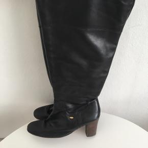 Sorte lækre Topmy Hilfiger støvler i læder.  Skinnet er blød og lækker.  8 centimeter hæle. Lædersåle. Nypris 2600kr. Brugte men har mange kilometer i sig endnu.  Grundet ryg operation sælges disse dejlige støvler ☺️