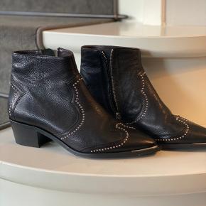 Billi Bi ankelstøvle med nitter, str 40. Kun gået i indendørs, står som nye.