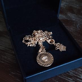 Sælger denne Versace Guldkæde da jeg ikke bruger den mere. Skriv endeligt hvis du har spørgsmål eller vil have flere billeder.