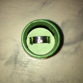 Bred sølvring med sten, god til et rustikt design og som herresmykke