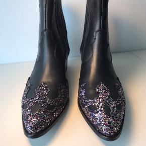 Lækre støvler fra Custommade, købt i den forkerte størrelse og er derfor aldrig brugt. Nypris er 2300 kr.