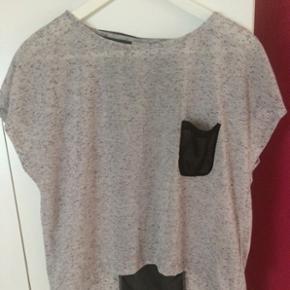 Fin trøje fra Object. Den er kort foran og lang bagpå, hvor der er fik detalje med mesh. Str. L Næsten ikke brugt, byd
