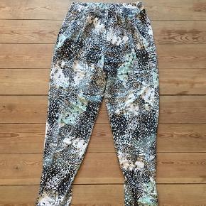 Lækre bukser fra VILA med mønster. Fin stand.  Kan afhentes i Århus eller Vejle, eller sendes med DAO:)