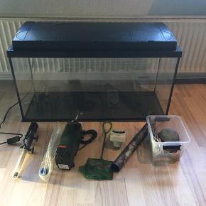 Eheim akvarium på 96 L (80x30x40cm) sælges sammen med pumpe, heater/varmelegeme, baggrundsbillede, net, timer/ur, slamklokke og lys. Der kan desuden følge diverse sten og hule med.  Nypris 1300 for det hele. Sælges for 400 kr.