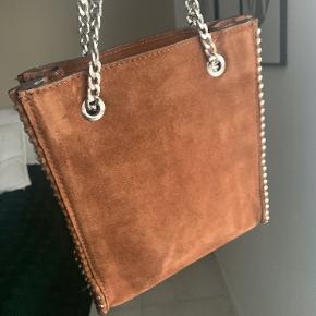 Salg af Zara taske som jeg købte sidste sommer. Fejlkøb, og dermed aldrig brugt.  Mål: 22x20x8