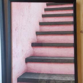 Pink trappe inkl ramme - mål: 30*40  Superfin plakat fra Desenio 🖼🌻  Har kun lige været oppe og hænge, men fortrød valget.   Alle fem plakater med rammer kan købes som samlet sæt for 900kr 🙌🌟