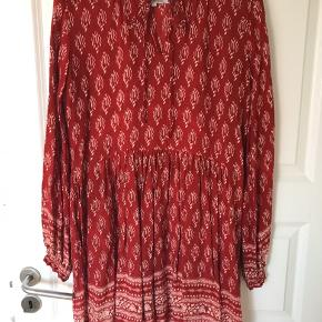 Den fineste kjole fra Lollys laundry, med skønt print. Passer også en large.  Men den er rimelig kort og fungerer nærmere som en tunika end en kjole😊  Den er som ny - kun været på én gang.