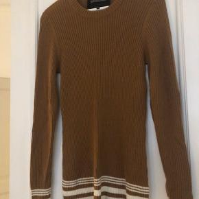 Super lækker trøje fra Designers Remix, helt perfekt til det kolde vejr i Danmark. Den har de dejligeste lange ærmer, som splittes i 2 og giver men fed effekt i sweateren. Jeg bruger selv M normalt, så sweateren kan passe mange former, om man vil have den stram eller mere løs.