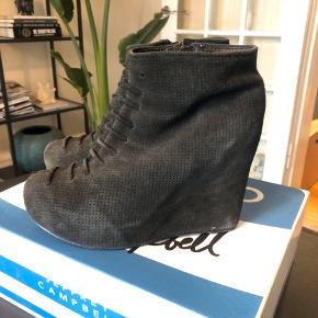Sælger disse Jeffrey Campbell støvler i str 38 Nypris 1200kr De er bugt, men har stadig mange år endnu  Modellen hedder Mary Roks og er i ruskind