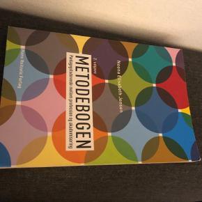 Bog brugt til pædagogstudiet.  Noona Elisabeth Jensen, Metodebogen - pædagogstuderende mellem profession og akademisering.  Brugt en del ( lidt krøllet)