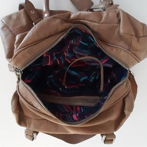 Lysebrun skulder/cross taske, brugt med pæn og uden pletter Ca 36 x 20 x 12 cm