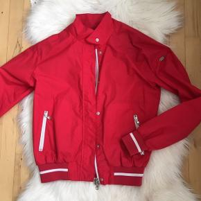 EA7 jakke sælges - Armani. Den er brugt enkelte gange. Dog er der kommet sorte pletter på jakken, intet jeg har prøvet at fjerne. Se billede. Str small. GRATIS fragt via Trendsales