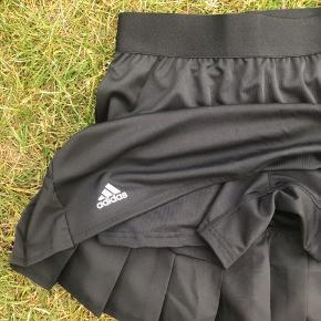 Helt ny sort tennis nederdel med indershorts.  Det er en lille str small.