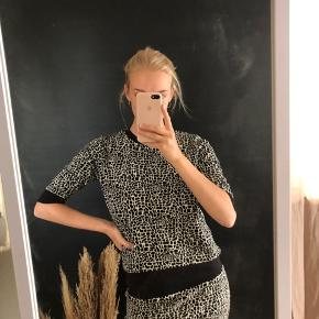 Kortærmet bluse/sweater fra Just Female i Leopard mønster sort og hvidt #secondchancesummer