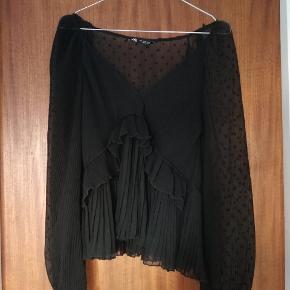 Fin bluse fra Zara med mange feminine detaljer - fx prikker, plissé og folder. Den er gennemsigtig, så man skal have en top under.