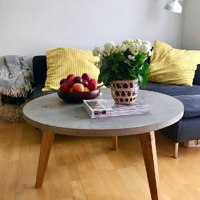 Snedkerlavet sofabord i beton med træben
