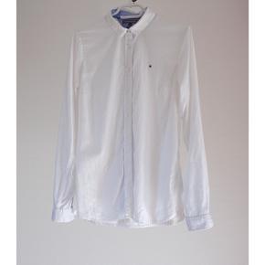 Hvid skjorte fra Tommy Hilfiger med blå detaljer. Brugt maks 5 gange. Fit: Fitted