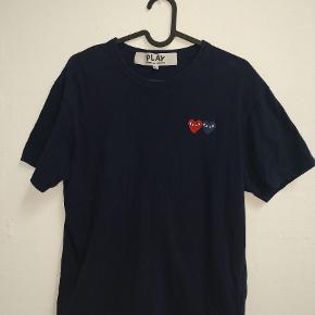 Cond 7/10 (Billederne er ikke så gode).  Størrelse medium men fitter S-M.  Nypris 734 kr. (https://www.farfetch.com/dk/shopping/men/comme-des-garcons-play-embroidered-logo-t-shirt-item-11975989.aspx)  Send gerne spørgsmål eller byd.  Jeg betaler gerne fragt ved enighed om pris.