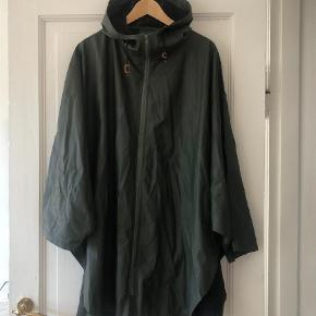 """Varetype: Regnjakke Størrelse: ONE SIZE Farve: Armygrøn Oprindelig købspris: 699 kr. Køber betaler porto.  """"Let it Rain Cape"""" fra Moshi Moshi Mind i armygrøn. Capen har hætte, som kan snøres til, lynlås på front og trykknapper i siden for at holde capen tættere til din jakke. God som nu. Byd (bytter ikke)!"""
