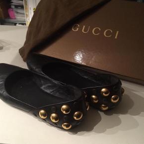Varetype: Ballerina Farve: Sort Oprindelig købspris: 4500 kr. Prisen angivet er inklusiv forsendelse.  Eksklusiv sort Gucci ballerina med sorte og guldfarvede nitter på hæl. Skoen er brugt få gange og har mange år i sig endnu pga Gucci's altid fantastiske kvalitet . Skoene er en alm . str 37 - sålen måler ca 25 cm udvendig. Ingen brugsspor andet end på den udvendige sål. Ingen fejl eller mangler. Skoene er købt i USA og der medfølger dustbag og æske  Betaling : MobilePay Forsendelse MED DAO  Jeg sender altid hurtigt