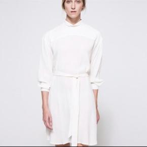 Flot hvid kjole fra Ganni. Billeder af min egen kjole er på vej.