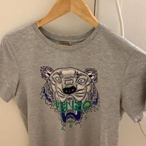 Sælger Kenzo t-shirt, som svarer til en S. Sælger den, da jeg ikke får den brugt.   Nypris: 700 kr Mp: BYD!