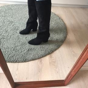 H&M overknee støvler fra H&M, de er aldrig brugt. Men de har en mega god hæl højde på 5 cm som er god til hverdags brug :)
