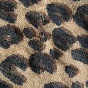 Super lækkert leopard tørklæde med grafitti signatur af Stephen Sprouse. 70% casmere og 30 % silke. Medfølger box og dustbag. Kvittering er blevet væk. Nypris ca 5500kr. Ca 6 år gammelt. En del brugsslid som tråde der er løbet, masker der er udvidet eller et lille bitte hul. Se billeder. Ses ikke når tørklædet er på!