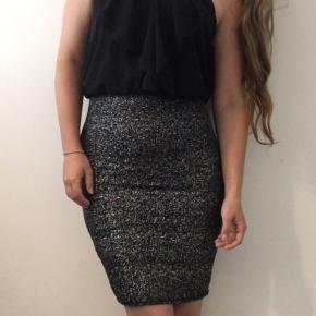 Smuk bodycon festkjole / cocktailkjole med sølv glimmer nederdel og sort chiffon top.