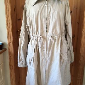 """Klassisk jakke/trenchcoat uden for.  Til forår/sommer.  100% bomuld.  Standen er """"næsten som ny"""". På billederne er den på en gine i str. medium."""