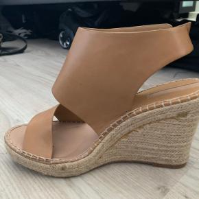 Mega flotte sandaler.  Har fået dem ifbm et modeshow - de har aldrig været brugt udendørs.  Desværre for små til mig☀️