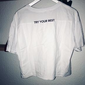 Hvid T-shirt fra ZARA med tekst - brugt få gange  Sælger da jeg ikke bruger den  Velegnet til hverdagsbrug👩🏼💻 Skriv endelig hvis jeg sende et billede med den på  Du kan tjekke mine andre annoncer ud - de kommer op løbende - hvis du køber mere tøj på en gang kan vi forhandle til en billigere merpris 💰 Du kan også få et armbånd af farve rosa, grå eller mørkegrøn, lavet af mig med i prisen hvis du køber mere end 2 stk tøj 🌸