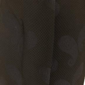 Sort nederdel fra Noa Noa str. 34 med smukt dråbeformet mønster i stoffet, som er lidt 'nubret'. Lukkes med lunlås og to knapper foran, som alle er skjult af et ekstra lille lag. Der er en enkelt baglomme. Flot foring inde i nederdelen. Længde er 47 cm, og livvidde er 78 cm. Fremstillet af 55% bomuld og 45% polyester, mens foret er 100% viscose. Bærer ikke præg af brug.
