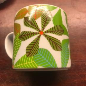 4 stk lækre kopper/krus i porcelæn med grønne blomster motiver fra Habitat - holder varmen godt og gode at holde ved. Tåler opvaskemaskine og mikrobølgeovn Sælges samlet Pris oplyst er for alle 4.