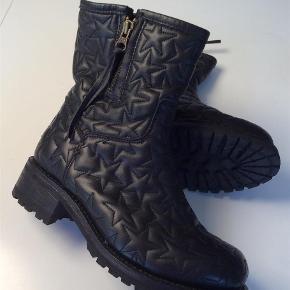 Varetype: De fedeste læderstøvler M. Stjerner Farve: Sort Oprindelig købspris: 2400 kr.  Helt nye Superlækre og flotte læderstøvler. Stjerner. Lynlås i siden.  Indvendig sållængde 23,5 cm.  Bytter ikke MobilePay