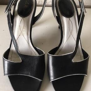 Smukke underspillede Lola sandaler fra en af de tidligste kollektioner.