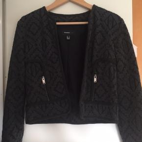 Fin jakke fra mango, med broderet struktur sort og mørk grå.