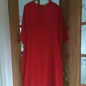 Varetype: Midi Størrelse: 44 Farve: Rød Oprindelig købspris: 2499 kr.  Silkekjole i stræksilke med underkjole. Lige modtaget herfra, men passer mig desværre ikke.