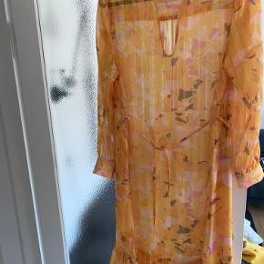 Super fin kjole fra second female.  Der medfølger en gul underkjole.  Kan bruges med og uden det medfølgende bindebånd.   Passer en str 38-40.   Sendes med dao eller afhentes på Frederiksberg  Bytter ikke!