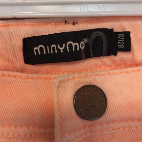 """Varetype: Bukser og bluse Farve: Fersken, Hvid  Super sødt sæt bestående af """"jeans"""" med stræk og en fin bluse med knap i nakken og små slidser på skuldrene.   Sættet har aldrig været brugt - kun vasket én gang.  Nypris: 299,-  Sender gerne med DAO for 35kr."""