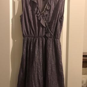Super smuk kjole fra mærket East Focus i en str s vil jeg tro. Den er aldrig brugt.